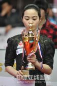 图文:9球北京赛女子决赛 车侑蓝亲吻奖杯