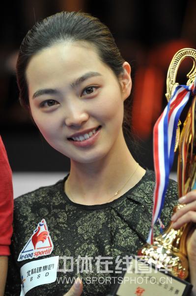 图文:9球北京赛女子决赛 车侑蓝手捧奖杯