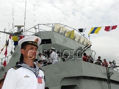 """中国人民解放军驻香港部队""""军营开放日""""于5月1日举行,驻扎海军部队的昂船洲军营率先开放,吸引13000多市民前往参观。图中背景军舰为导弹护卫艇。"""