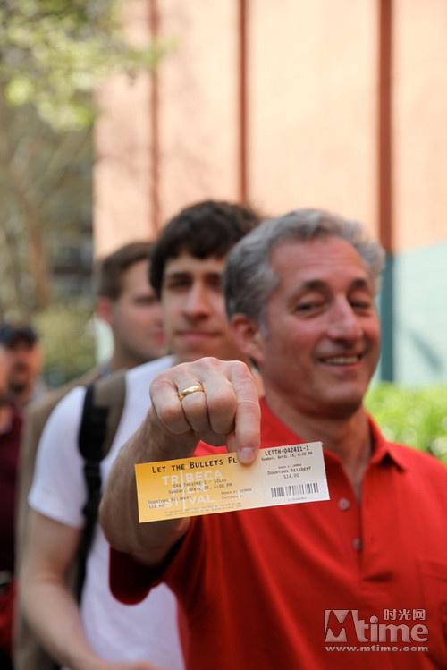 手拿《让子弹飞》电影票的影迷