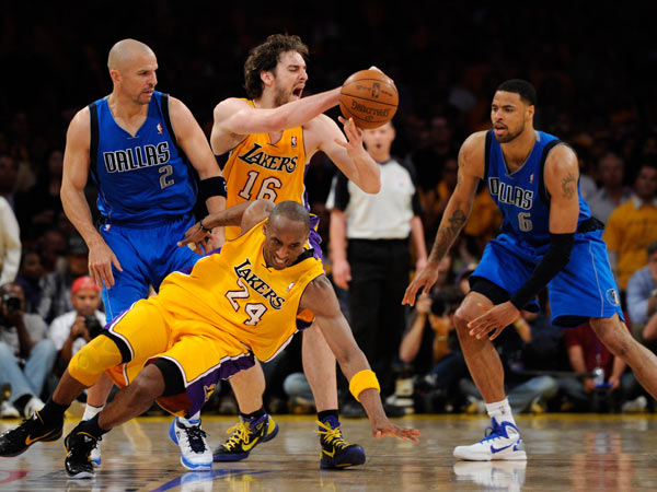 图文:[NBA]湖人负小牛 科比致命失误瞬间