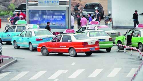 昨天8点17分,出租车仍在扎堆占道拉客。