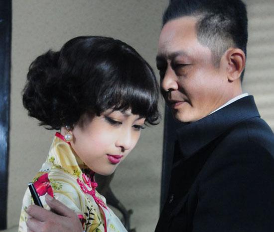 丁默群与关萍露的爱情充满了纠葛和矛盾。
