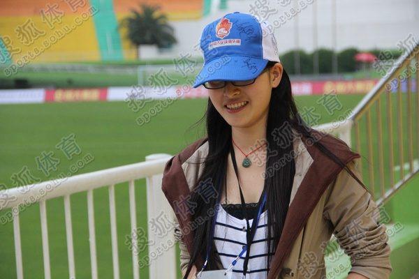 女球迷签名帽