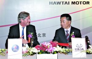昨日,世爵CEO兼萨博董事长穆勒(左)与华泰董事长张秀根(右)在签字仪式上。