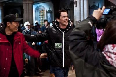 好莱坞演员克里斯蒂安-贝尔(右)的戏份杀青后,导演张艺谋(左)为他欢送
