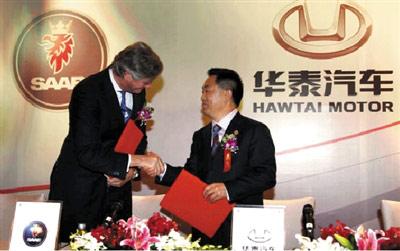 世爵汽车CEO穆勒(左)和华泰总裁张秀根在签字仪式上。本报记者 曹锦 摄