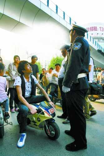 警察叔叔,我骑着玩具车上路也犯法?!
