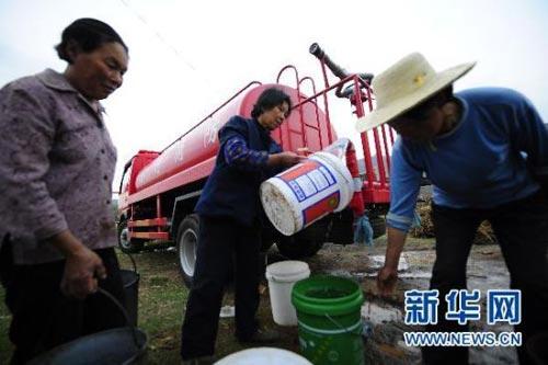 5月3日,湖北省孝昌县小河镇余家湾的村民在领取饮水。