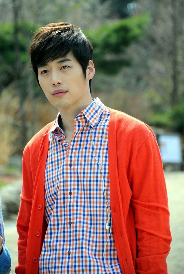 红白蓝格纹的衬衫搭配红色开衫