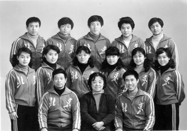 图为当年的北京武术队,前排左起吴彬(教练)、范宝云(领队)、李俊峰(教练) ;后排右二李连杰