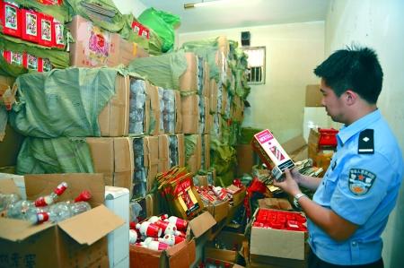 警方清点制造假酒的原料、商标、包装盒 通讯员 金鑫 记者 张路桥 摄