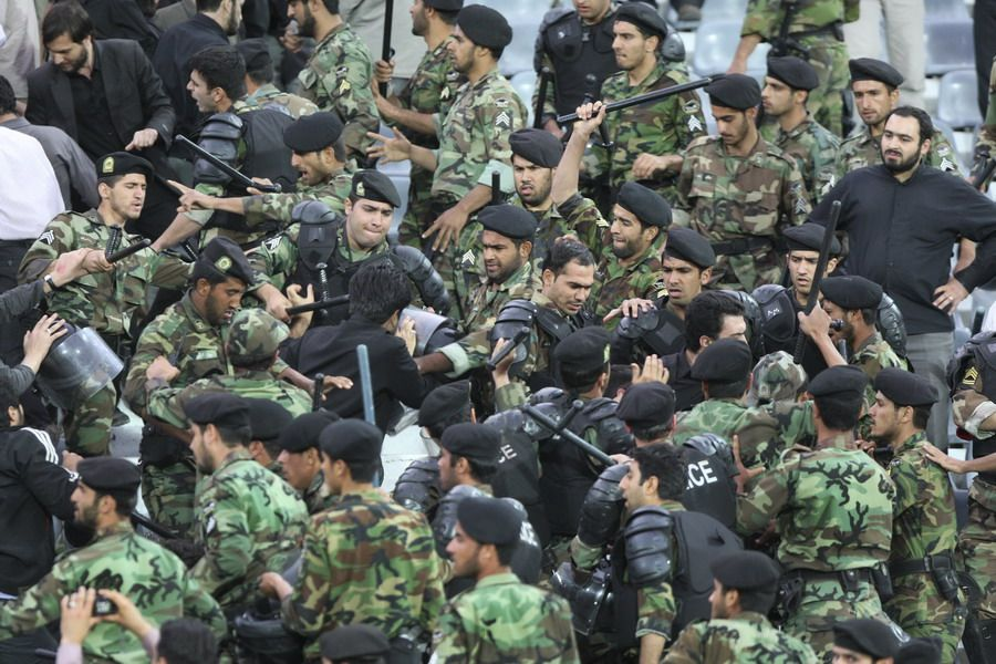亚冠赛场爆发大规模骚乱:警察球迷械斗(高清组图)