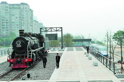 """摆放了蒸汽机车、电力机车和""""蓝箭""""号动车车头的""""火车拖来城市"""""""