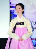 刘亦菲韩服宣传《倩女幽魂》 误踏裙头险摔倒