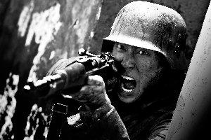 窦骁(微博)在《十三钗》中出演军人。