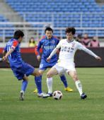 图文:[中超]亚泰0-0申花 王栋在比赛中拼抢
