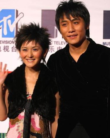 传闻刘烨酗酒后爱打人导致和谢娜分手,日前在上海谈及此事,刘烨