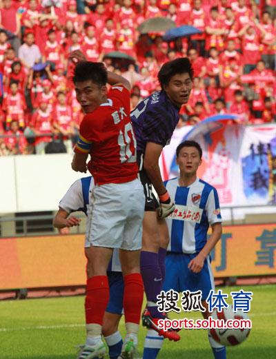 图文:[中超]深圳0-1广州 郑智积极争抢