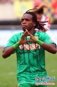 图文:[中超]成都0-3北京 小马丁庆祝进球