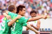 图文:[中超]成都0-3北京 王晓龙庆祝进球