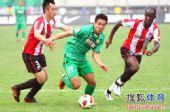 图文:[中超]成都0-3北京 王晓龙突破防守