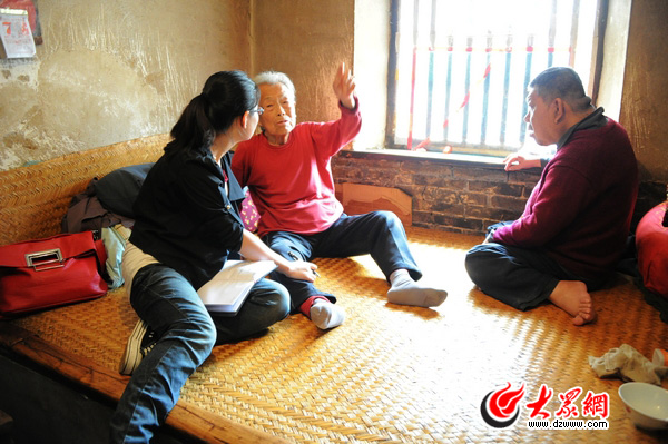 大众网记者在炕上采访曹秀英娘俩