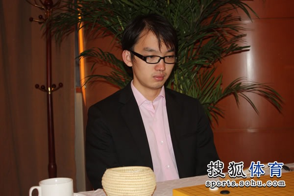 图文:2011围甲联赛第二轮 上届最佳棋手李��