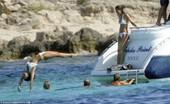 英媒公布威廉、凯特、皮帕海边度假照(组图)