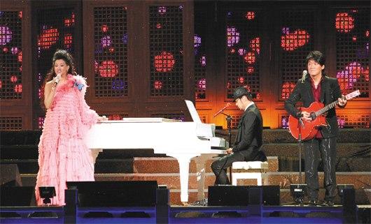周杰伦 宋祖英/周华健(右起)弹吉他、周杰伦弹钢琴,3人合唱掀起演唱会最高潮。...