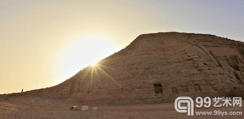 11 5月6日,一名游客在日落时分攀登埃及阿布辛贝神庙所在的...