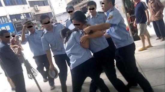 """两个""""女城管""""扭打在一起,其他城管队员赶来劝架。 本组图片均为网友图"""