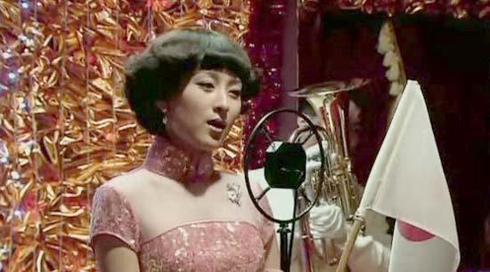 关萍露为日本人献唱时就身着桃红亮片旗袍