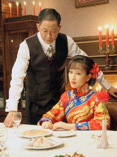 丁默群将珍藏的九凤旗袍赠与关萍露