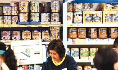 香港消委会调查发现,2010年超市出售的成人及婴儿奶粉,价格分别上升12.5%及10.7%。图片来源:香港文汇报