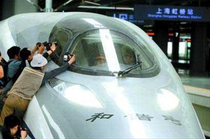 今天上午,各路记者围着试跑前的京沪高铁列车拍照 晚报 王浩然现场图片