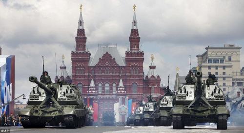 装甲方阵在红场接受阅兵,背景是历史博物馆