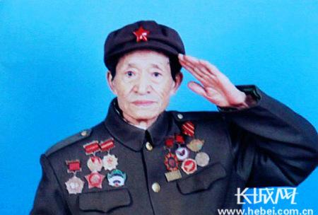 佟知元用左手给温总理敬军礼图片佟知元提供长城网