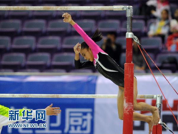 5月11日,安徽选手庄锦霖在比赛中掉杠.新华社记者杨磊摄