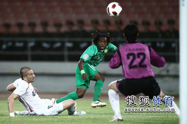 图文:[足协杯]国安1-0东亚 小马丁攻门