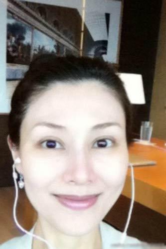 李嘉欣的素颜照皮肤白皙,但仍旧可以清晰的看见黑眼圈.