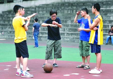 本报讯(记者 万丽萍 实习生 肖祥丹)昨天,沙区聋哑人篮球队,为备