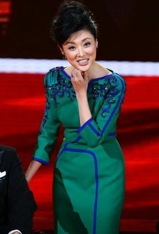 色周涛逼好看_周涛,剪裁合体的祖母绿色改良式旗袍,体现了复古和潮流元素的碰撞,边