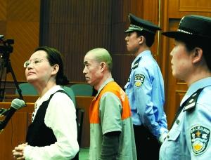 ▲被告人王如(女)出庭拒绝穿橘色号服。 本报记者 吴镝摄