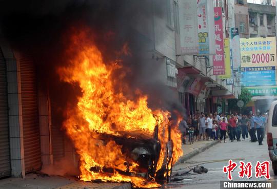 装载油罐面包车街头突发大火图片