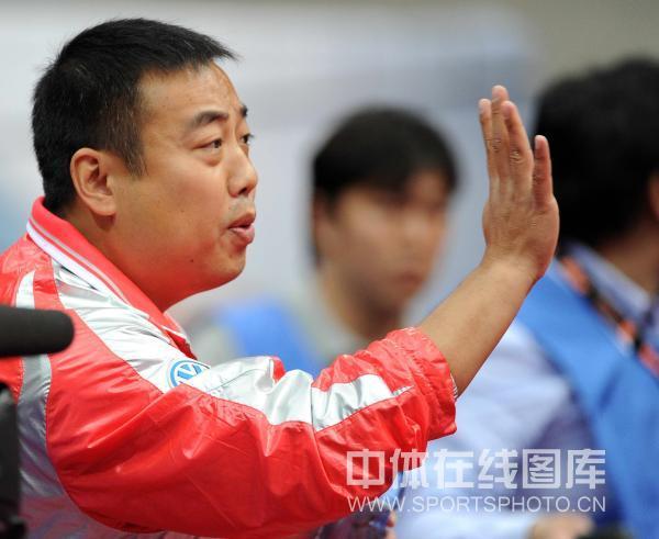 鬓角白�y�+�.�9.b9c��f�_图文:刘国梁成最激情教练 刘国梁鬓角斑白