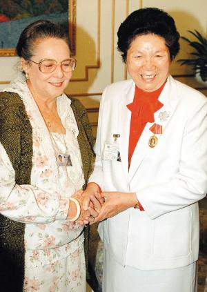 全国人大常委会原副委员长陈慕华因病于5月12日逝世,享年90岁。图为陈慕华(右)1995年参加世妇会的资料照片。