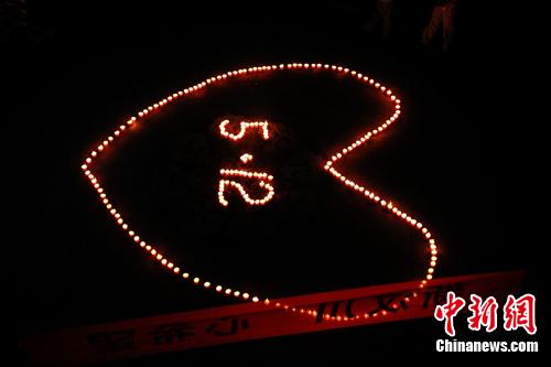 """用蜡烛摆出心形""""5·12""""的字样.图片"""