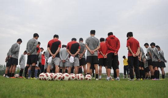 512汶川地震3周年 谢菲联训练场为逝者默哀