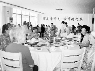 图为在山东省日照市城阳街道岳家村幸福公寓居住的老年人正在用午餐。许静摄